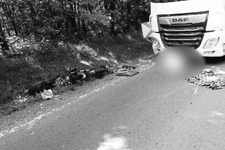 V OBRAZOCH: Pri tragickej zrážke s kamiónom vyhasol život motorkára
