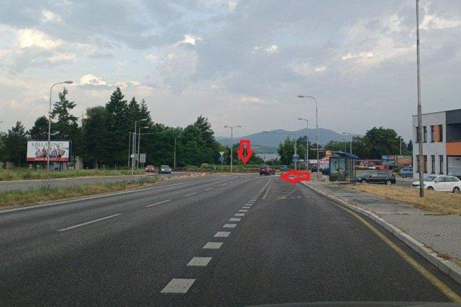 FOTO: Na Soblahovskej ulici v Trenčíne pod Juhom mal vodič takmer zraziť matku