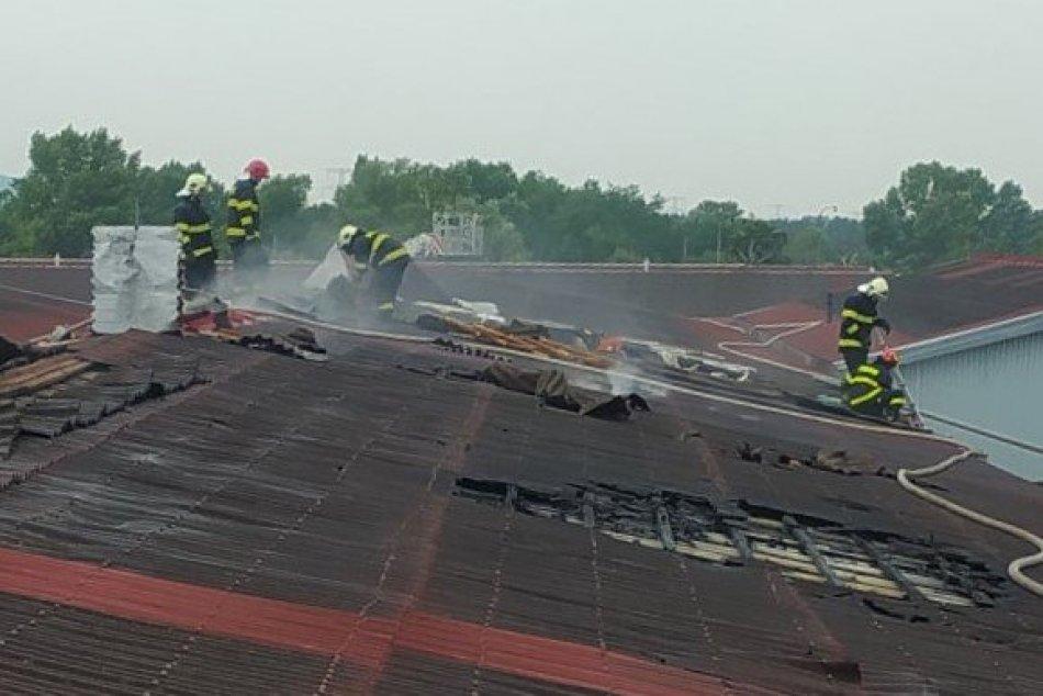 FOTO: Požiar strechy výrobnej haly v Bošanoch
