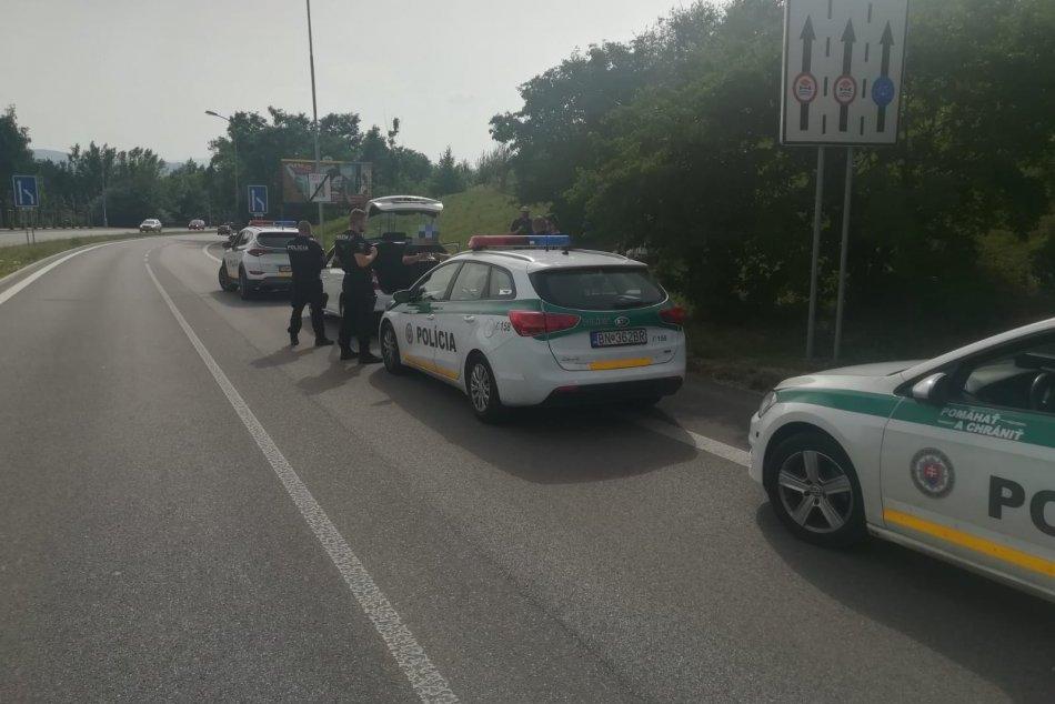 FOTO: Na trenčianskom sídlisku Juh chytila polícia zdrogovaného vodiča