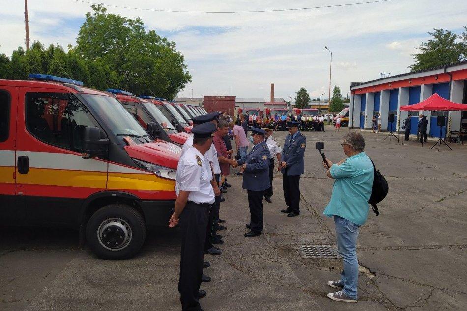 FOTO: V Trenčianskom kraji si nové hasičské vozidlá prevzali zástupcovia 13 obcí