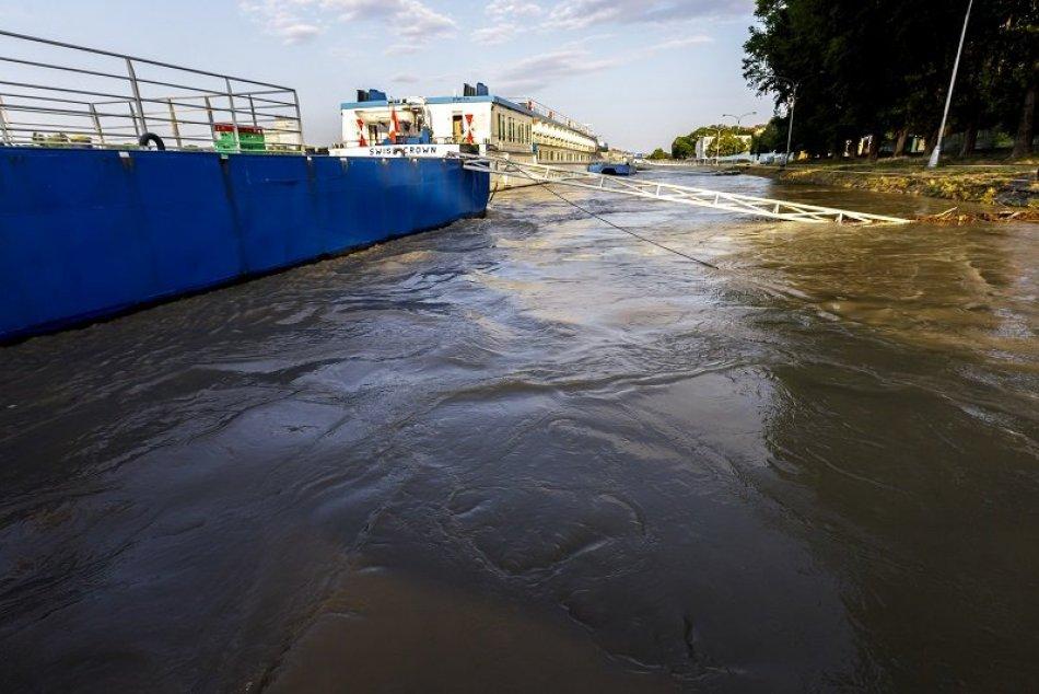 Hladina Dunaja a Moravy nebezpečne stúpa