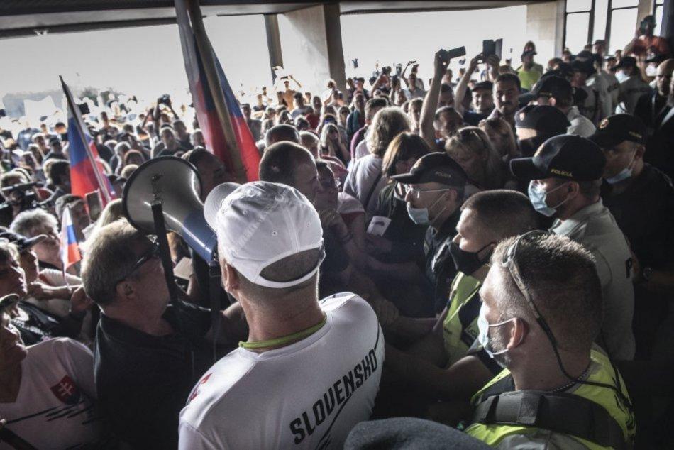 Stovky protestujúcich blokovali vstup do budovy parlamentu