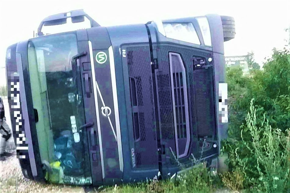 OBRAZOM: Dopravná nehoda kamióna pri obci Dolné Kočkovce