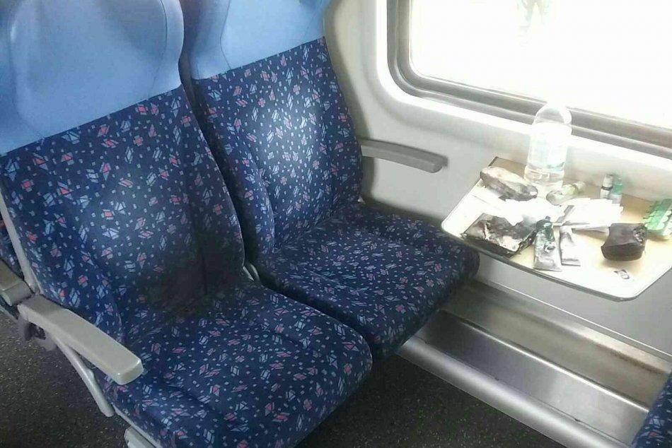 Výbuch vo vlaku spôsobila nabíjačka