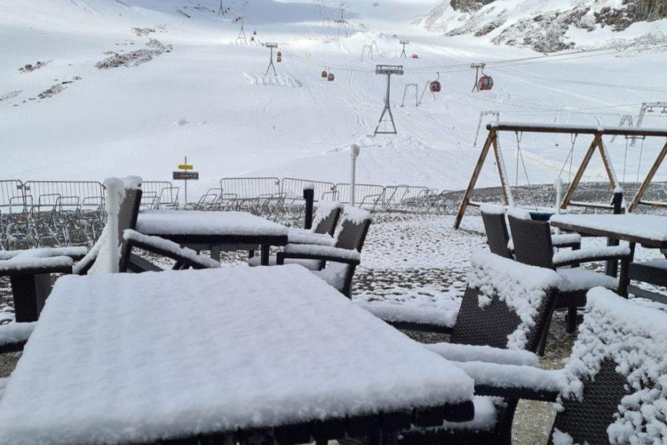 V rakúskych Alpách sa dočkali letnej snehovej nádielky