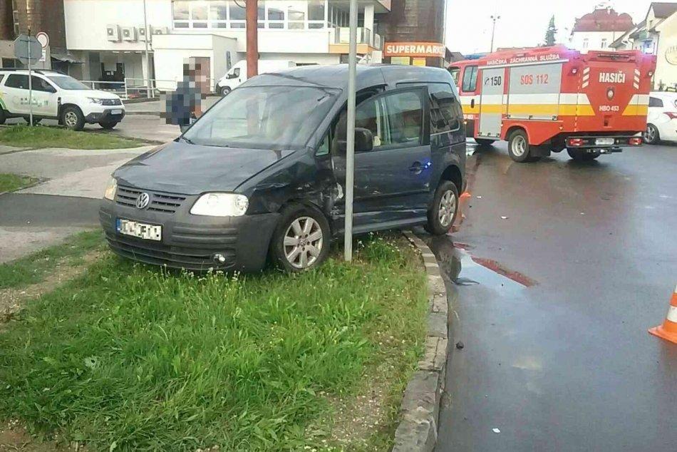 OBRAZOM: Dopravná nehoda troch vozidiel v Nitrianskom Pravne
