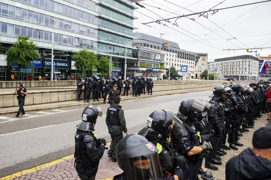 Protesty - polícia zasiahla proti blokácii cesty pri Hodžovom námestí
