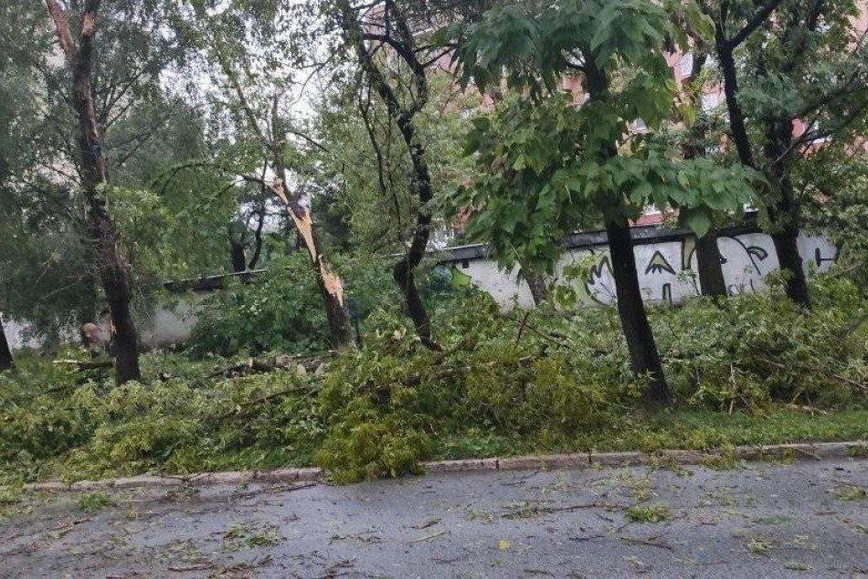 Popadané stromy po silnej búrke v Košiciach