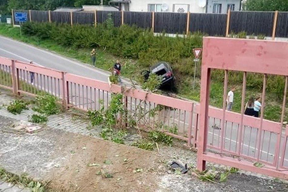 FOTO: Nehoda v Beluši, auto prerazilo zábradlie a letelo ponad chodník i cestu