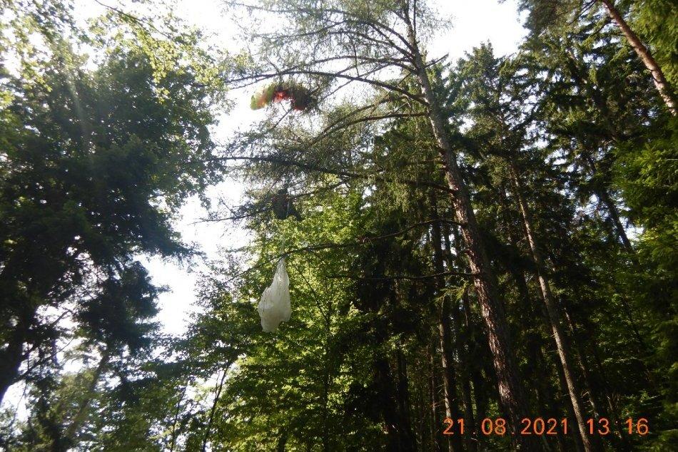 FOTO: Paraglajdista uviazol na strome v katastri obce Horná Poruba