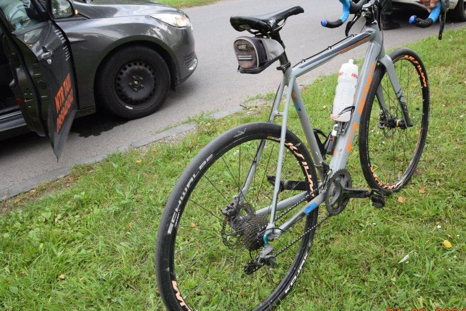 V OBRAZOCH: Po náraze do auta skončil cyklista v nemocnici