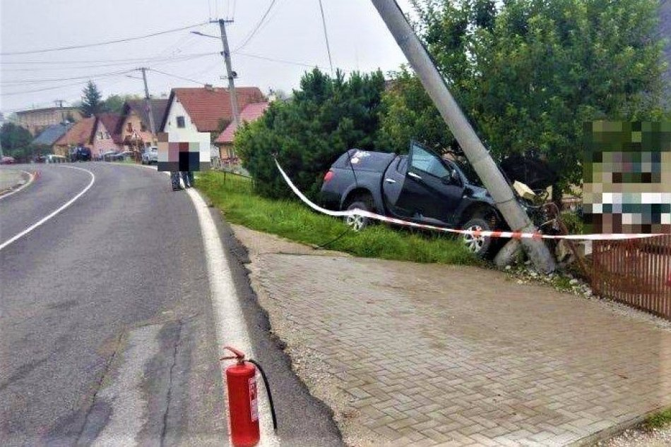 FOTO: Vodič dostal mikrospánok a narazil do plota a stĺpu vo Sverepci