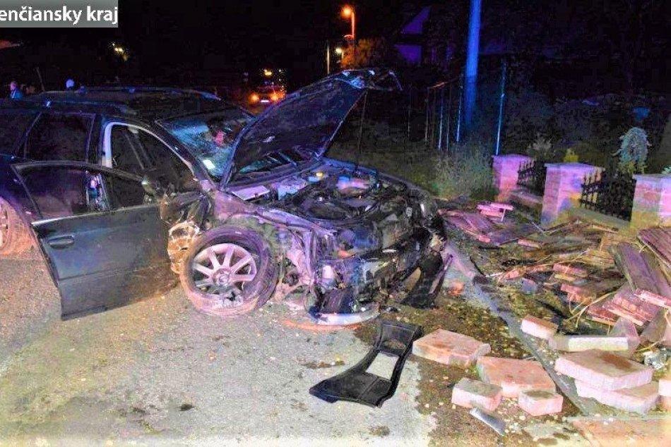 FOTO: Opitý vodič narazil do diviaka, stavebného materiálu a oplotenia