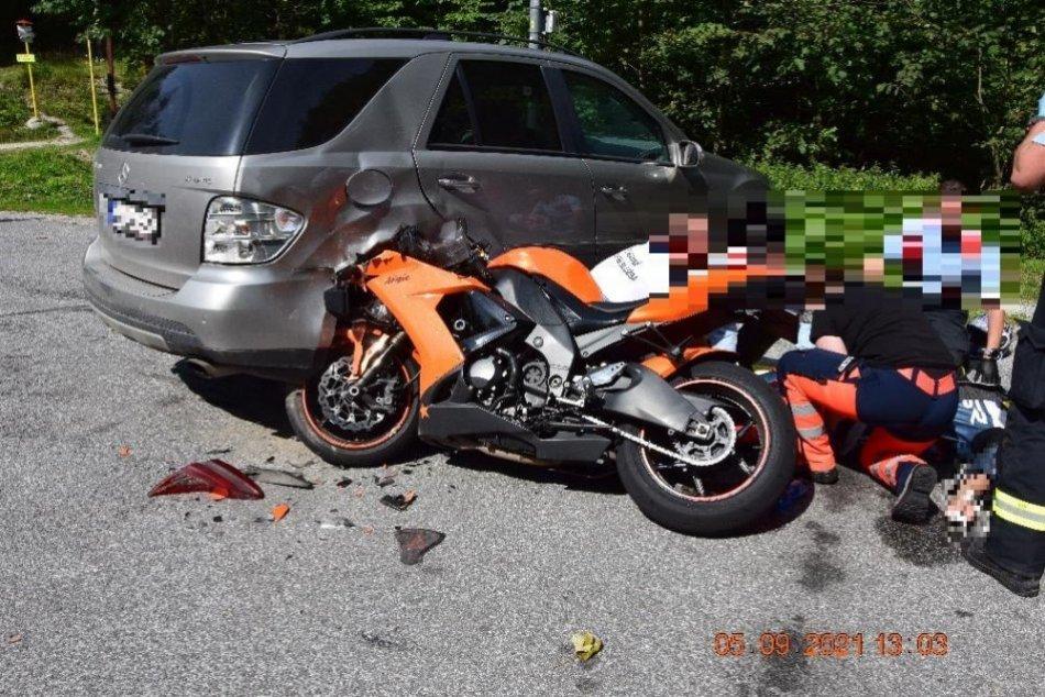 V OBRAZOCH: Motorkár na Šturci narazil do zaparkovaného auta