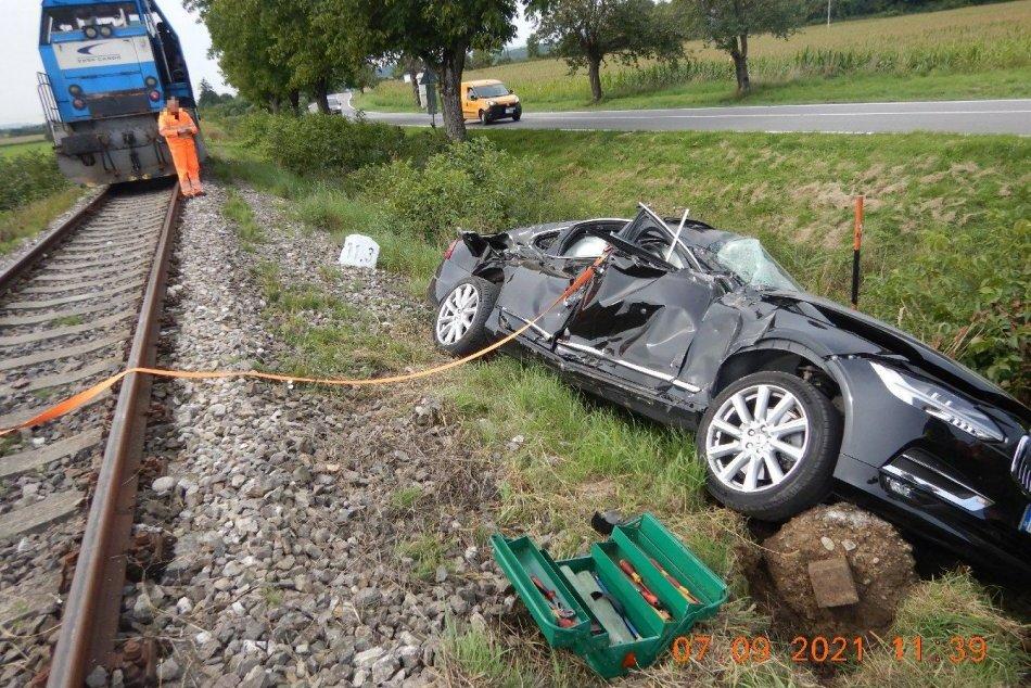 FOTO: Zrážka s rušňom pri Pruskom si vyžiadala zranenie vodičky