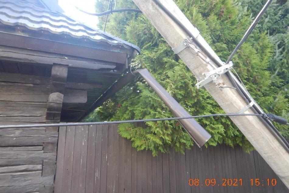 V OBRAZOCH: Kamión na Horehroní zacúval do elektrického stĺpa