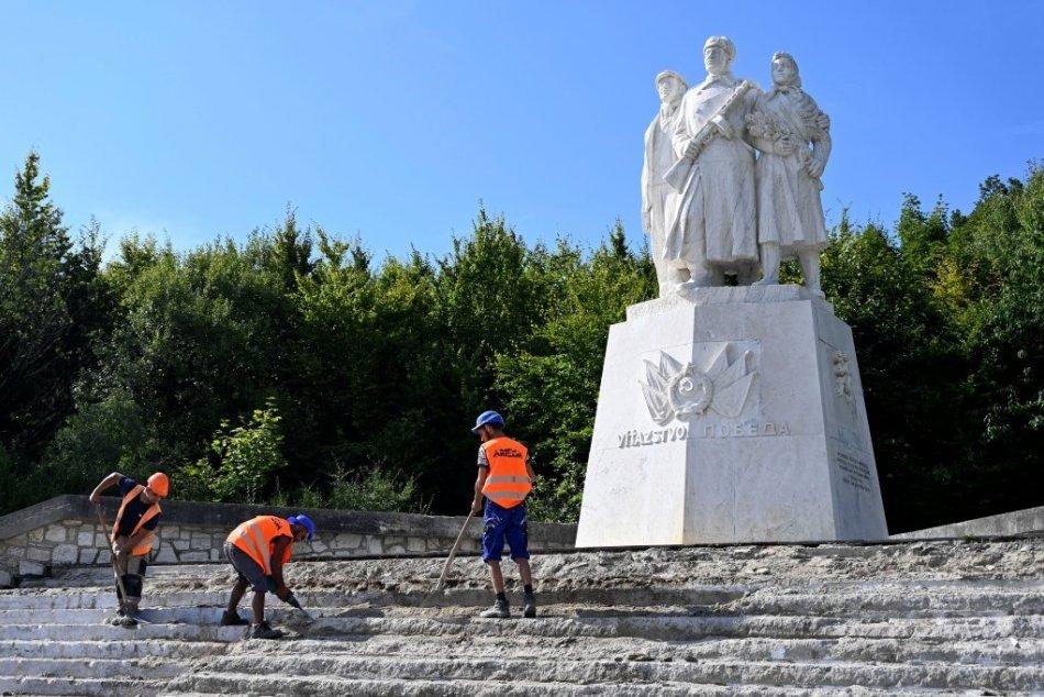 Oprava dlažby okolo pamätníka na Dargove