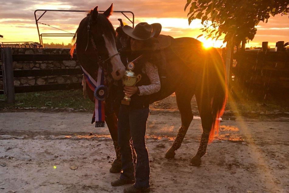 V OBRAZOCH: Revúčanka Timea Jasenková zvláda rodeo na koni aj býkovi
