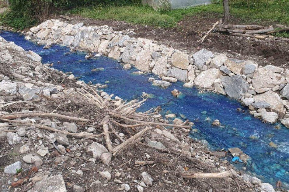 FOTO: Neznáma látka sfarbila potok vobci Košecké Podhradie – časť Kopec namodro