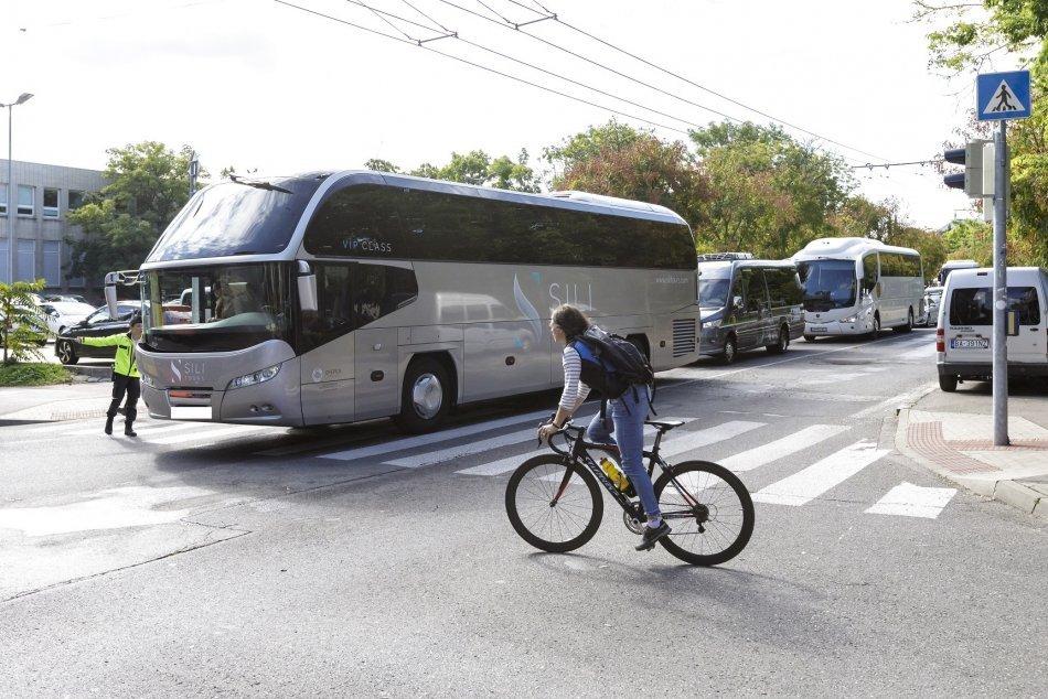 Viacero autobusov zablokovalo cestu pred Úradom vlády SR v Bratislave