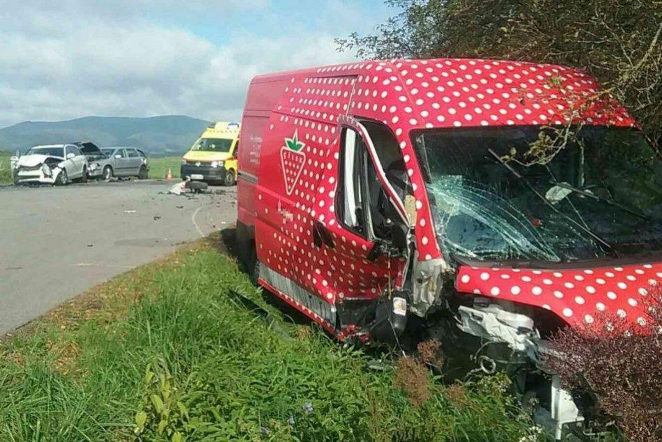 FOTO: Dopravná nehoda pri obci Pravenec, zrazili sa dve autá a dodávka