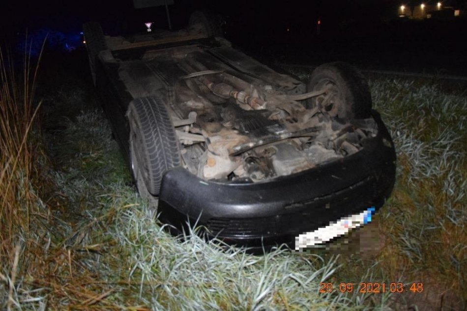 V OBRAZOCH: Opitý vodič skončil s autom na strechce