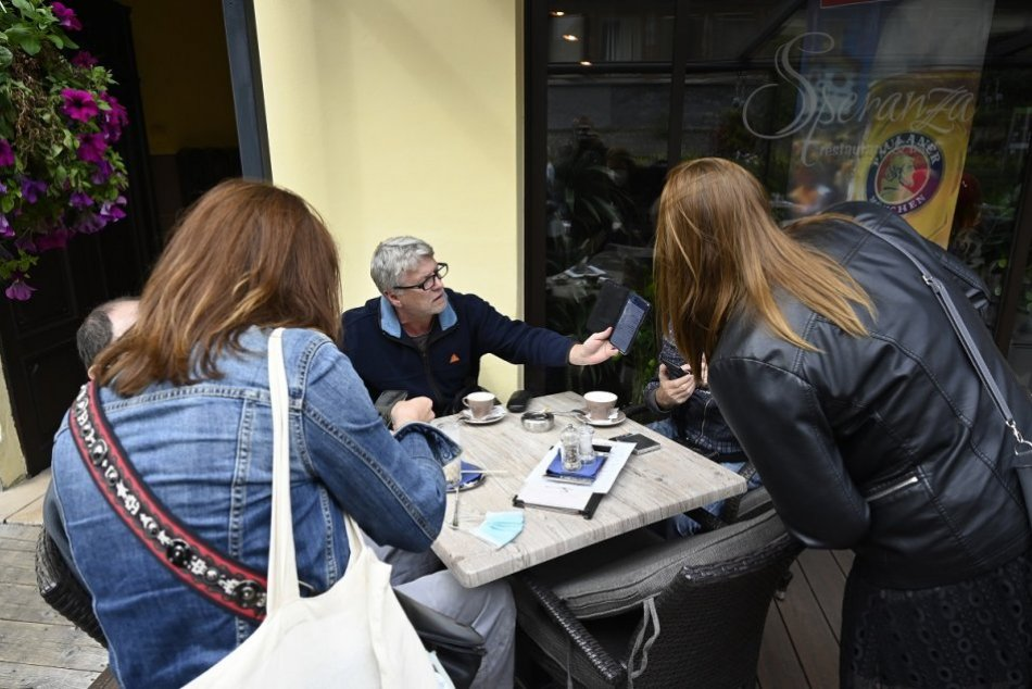 FOTO: Kontrola dodržiavania opatrení v reštauráciách a kaviarňach v Trenčíne