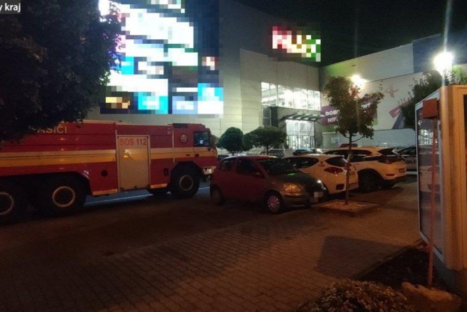 FOTO: Evakuácia obchodného domu v Trenčíne