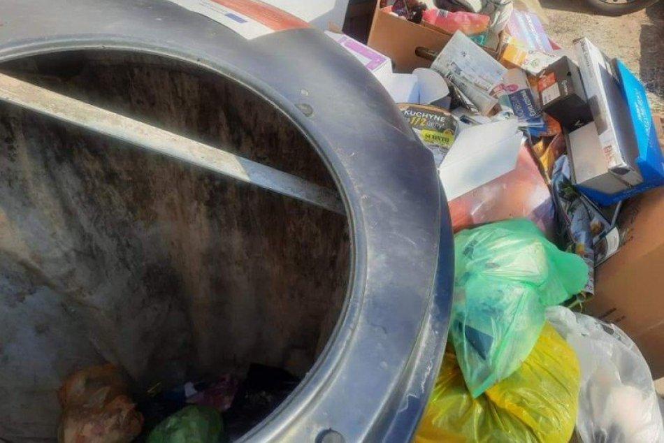 Pri prázdne kontajnery vysypali odpad