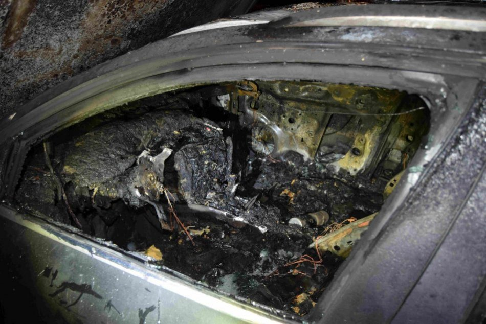 V OBRAZOCH: Na bystrickom sídlisku horelo niekoľko áut