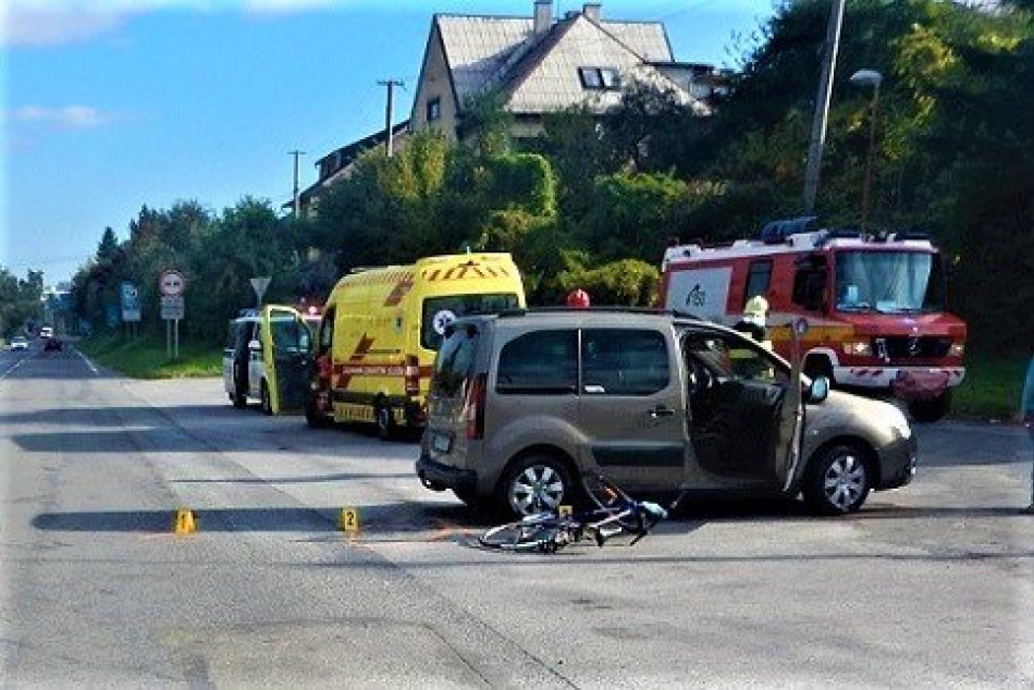 FOTO: Po nehode na Sládkovičovej ulici v Považskej bol ťažko zranený cyklista