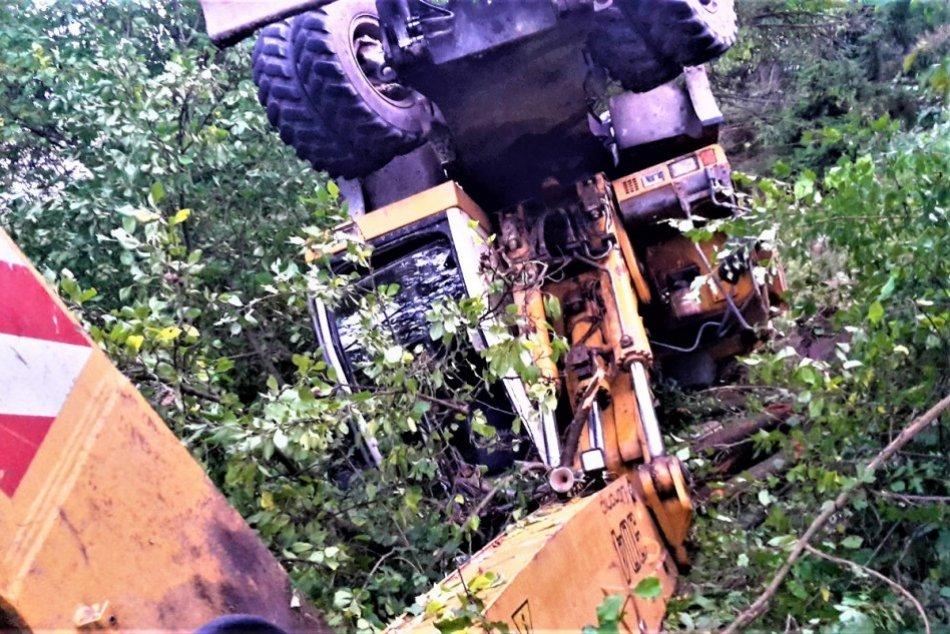 OBRAZOM: Prevrátený bager v Milochove mimo cesty