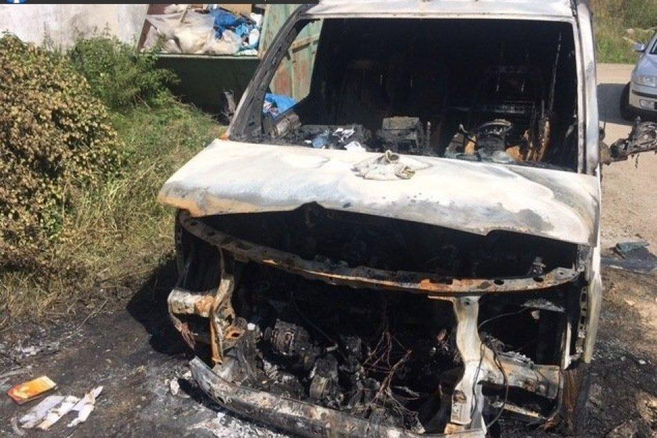 FOTO: Obvinila muža z Partizánskeho z podpálenia áut v Horných Našticiach