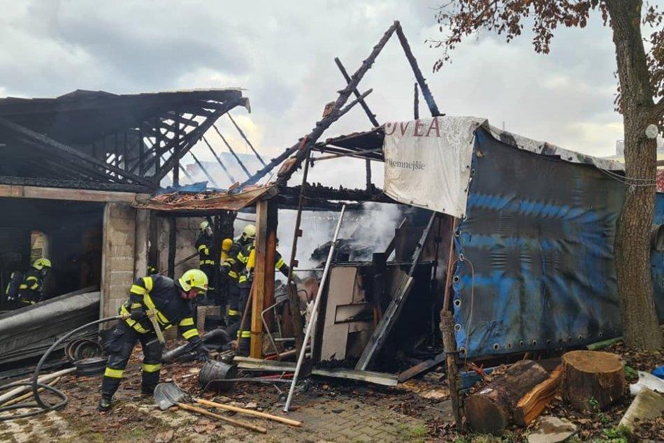 FOTO: Požiar hospodárskej budovy v Kanianke ohrozoval aj rodinný dom