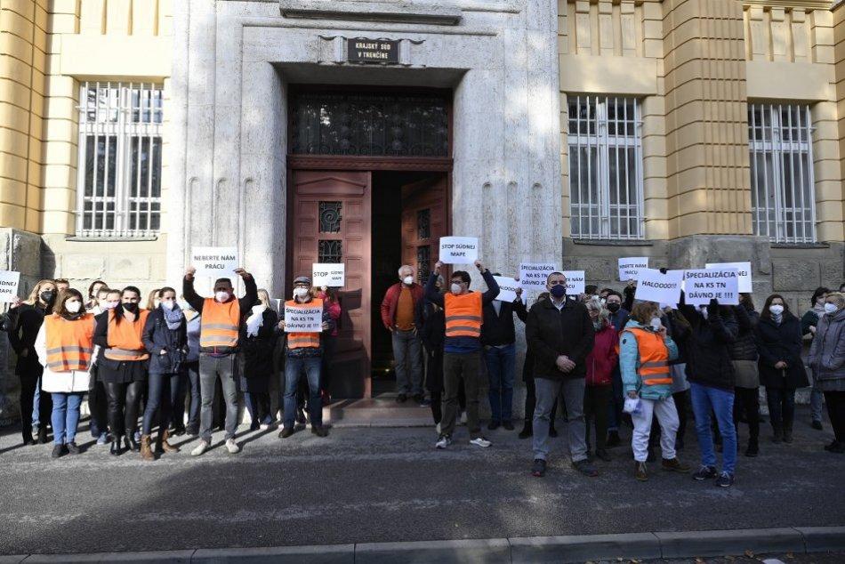 FOTO: Protest zamestnancov súdov v Trenčíne k navrhovanej reforme súdnej mapy